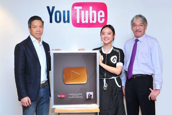"""ศิลปินไทยคนแรก """"พลอยชมพู"""" สุดปลื้ม YouTube มอบรางวัล """"ปุ่มทองคำ"""""""