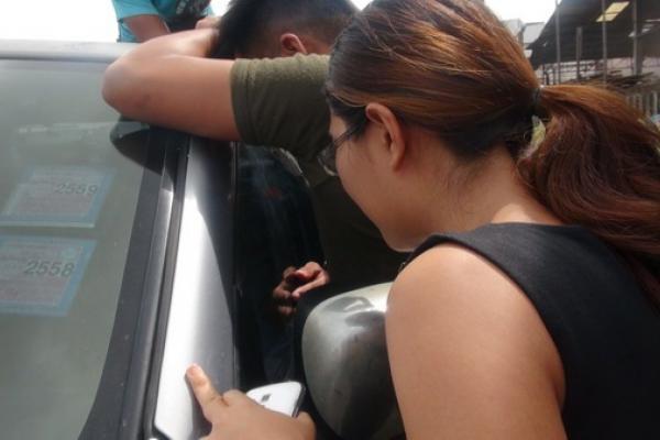 อุทาหรณ์ เด็กวัยขวบเศษติดในรถกระบะช่วยเกือบชั่วโมง ตัดสินใจทุบกระจกช่วยออกมาได้