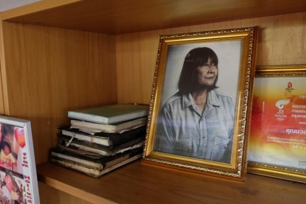 """ครูน้อย """" ผู้เสียสละแก่ผู้อื่น """" จนตัวเองเจอมรสุมกว่า 35 ปี ตัวอย่างการ""""ล้มละลาย""""ของสถานสงเคราะห์ไทย"""
